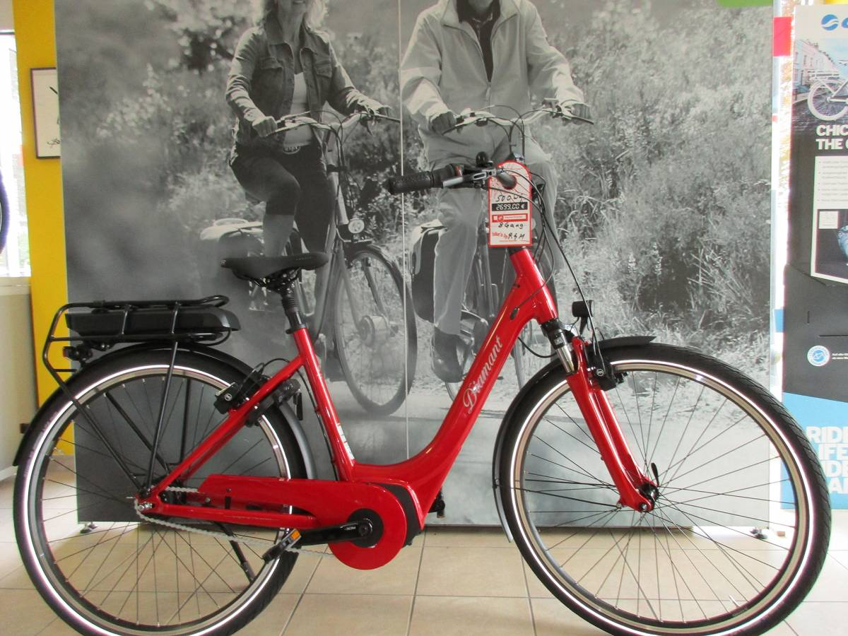 Rotes Diamant E-Bike